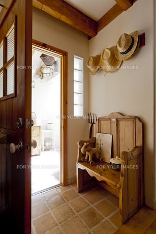 オールドパインのベンチのある出入り口の素材 [FYI01079143]