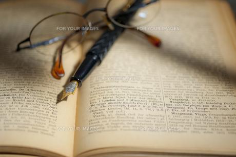 古い洋書と万年筆と眼鏡の素材 [FYI01079294]