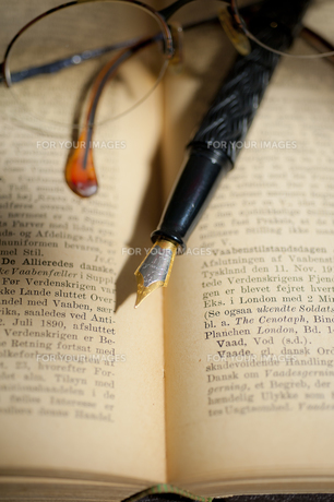 古い洋書と万年筆と眼鏡の素材 [FYI01079319]