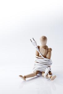 電気コードで巻かれたモデル人形の素材 [FYI01079334]