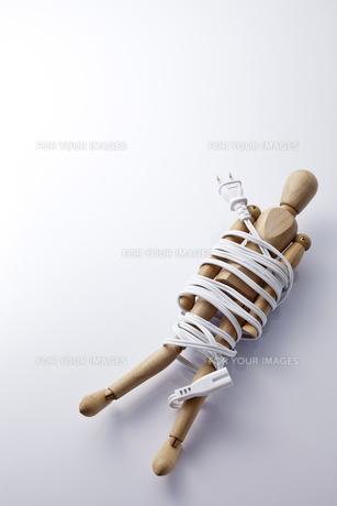 電気コードで巻かれたモデル人形の素材 [FYI01079426]