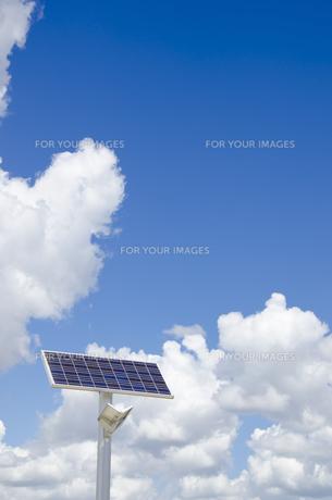 空に向く太陽光発電式街路灯の素材 [FYI01079434]
