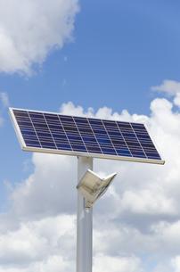 青空と雲と太陽光発電式街路灯の素材 [FYI01079501]