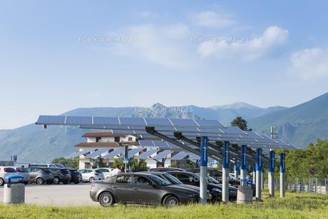 パーキングに設置されたソーラ発電パネルの素材 [FYI01080301]