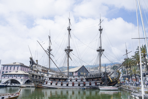 ジェノヴァの港に系留されたガレー船ネプチューン号の素材 [FYI01080410]