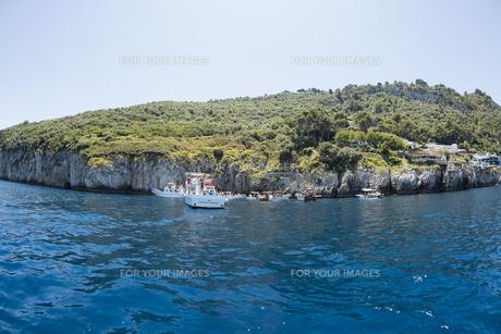 カプリ島青の洞窟入り口付近の風景の素材 [FYI01080566]