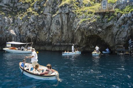 カプリ島青の洞窟入り口で順番待ちの小舟の素材 [FYI01080624]