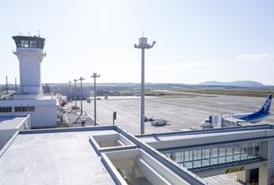 石垣空港展望台より管制塔を望むの素材 [FYI01081603]