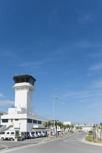 石垣空港管制塔越しに見る全景の素材 [FYI01081606]