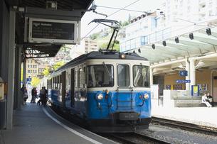 スイスゴールデンパスライン モントルー駅 ローカル列車の素材 [FYI01081747]
