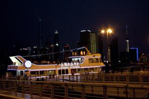 上海黄浦江クルーズの船とビル群夜景の素材 [FYI01087750]