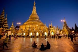 ヤンゴンのシュエダゴォン・パヤー夜景の素材 [FYI01089826]