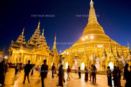 ヤンゴンのシュエダゴォン・パヤー夜景の素材 [FYI01089885]