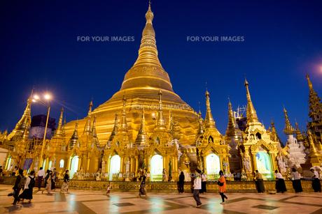 ヤンゴンのシュエダゴォン・パヤー夜景の素材 [FYI01089892]