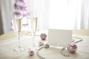 シャンパングラスとクリスマスオーナメントとメッセージカードの素材 [FYI01092537]