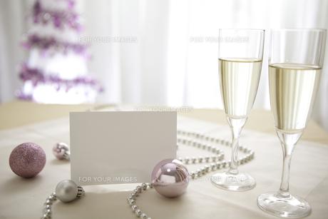 シャンパングラスとクリスマスオーナメントとメッセージカードの素材 [FYI01092593]