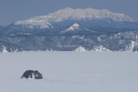 全面結氷の摩周湖の素材 [FYI01092667]