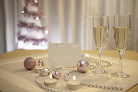 シャンパングラスとクリスマスオーナメントとメッセージカードの素材 [FYI01092688]