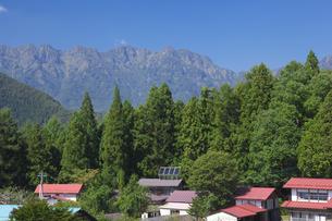 戸隠山と太陽光発電と民家の屋根の素材 [FYI01092924]