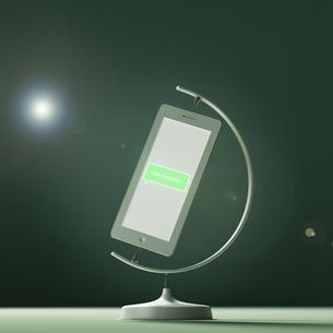 スマートフォンの形をした地球儀の素材 [FYI01095638]