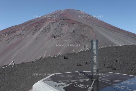 宝永山山頂の方位盤から宝永火口と富士山頂を望むの素材 [FYI01096383]