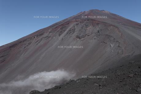 宝永山山頂より宝永火口と富士山頂を望むの素材 [FYI01096486]