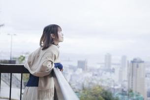 展望台から神戸の景色を望む笑顔の女性の素材 [FYI01096520]