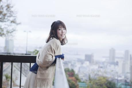 展望台から神戸の景色を望む笑顔の女性の素材 [FYI01096526]