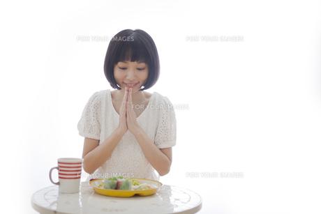 食事を前にいただきますをする女性の素材 [FYI01096586]