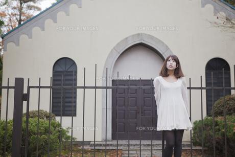 建物の前で立っている女性の素材 [FYI01096593]