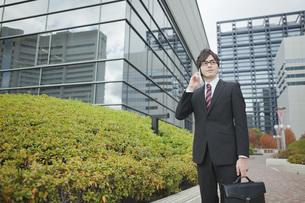 オフィス街で電話をするビジネスマンの素材 [FYI01096616]