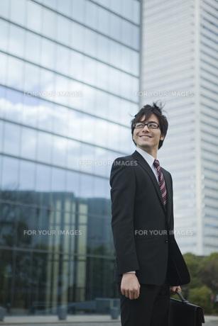 ビルの前で立つビジネスマンの素材 [FYI01096618]