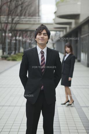 オフィス街で笑顔のビジネスマンとビジネスウーマンの素材 [FYI01096626]