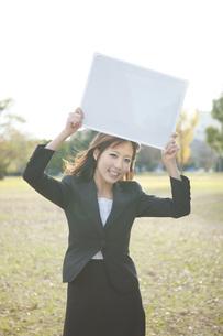 メッセージボードを持つビジネスウーマンの素材 [FYI01096627]