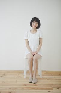 椅子に座る女性の素材 [FYI01096647]