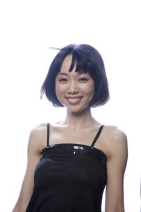 黒のキャミソール姿の笑顔の女性の素材 [FYI01096648]