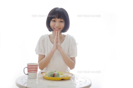 食事を前にいただきますをする女性の素材 [FYI01096655]