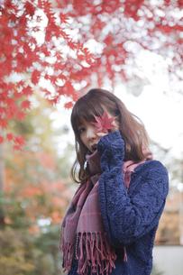 秋の公園で立っている女性の素材 [FYI01096687]