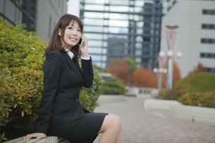オフィス街で電話をするビジネスウーマンの素材 [FYI01096696]