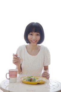 食事をする女性の素材 [FYI01096708]