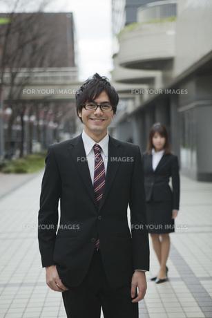 オフィス街で笑顔のビジネスマンとビジネスウーマンの素材 [FYI01096717]