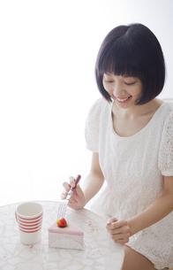 テーブルとおもちゃのケーキセットと女性の素材 [FYI01096722]