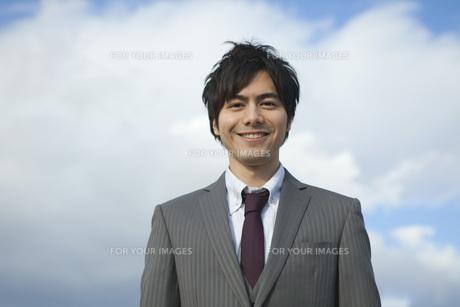 笑顔のビジネスマンの素材 [FYI01096725]