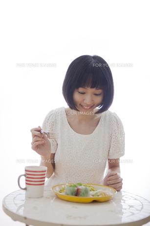 食事をする女性の素材 [FYI01096747]