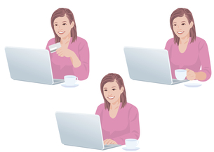 自宅でコーヒーを飲みながらネットで買い物をする女性の素材 [FYI01106667]