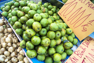 路上で売られる青りんごの素材 [FYI01107553]