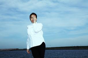 青い空 運河 光を感じる女性の素材 [FYI01107593]