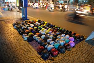 露天でヘルメットを売る店の素材 [FYI01107608]