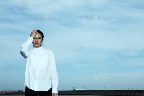 青い空 運河 光を感じる女性の素材 [FYI01107684]