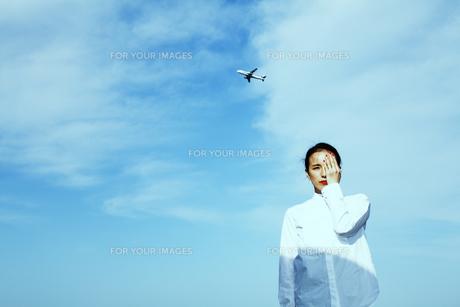 青い空 光を感じる女性の素材 [FYI01107771]